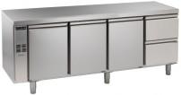 Kühltisch, 4 Abteile, zentralgekühlt, 3 Türen, 2 Schubladen 1/2 Korpushöhe: 650 mm, Tiefe: 700 mm